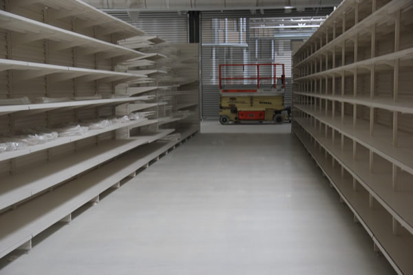 Terrazzoboden in Auchan-Supermarkt - Finished floor and shelving